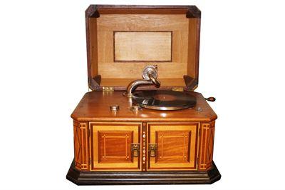 Wickelgrammophon mit Intarsien 1913